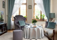 Elegantná klasika v obývačke    #inspiracia#interier#obyvacka#velvet Estilo Retro, Sweet Home, Curtains, Interior Design, Home Decor, Velvet, Google, Velvet Curtains, Fabrics