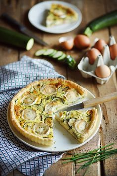 Quiche Courgettes Et Chèvre How about a zucchini and goat cheese quiche? We are in the ideal season: we still find good zucchini and it is not too hot. Easy Crustless Quiche Recipe, Spinach Quiche Recipes, Macaroni Cheese Recipes, Clean Eating Recipes For Dinner, Vegetarian Recipes Dinner, Dinner Healthy, Quiche Lorraine Recipe, Cheese Quiche, Goat Cheese