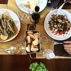 Sapori Genovesi in Contrada Mondovì - che, detto fra noi, è la più bella di tutta Cuneo ♡. 🍴🍽 Acciughe fritte  Focaccia tipo Recco  Polipo, patate, pomodorini e olive  Farinata Birra & Pigato ______________ #onthetableproject #onthetable #instalallegra #ilbellodellitalia #iloveitaly #jj_emotional #instalallegra #ig_cuneo #cuneo #ig_piemonte #food #foodstagram #ig_italy #ig_italia #whatitalyis #browsingitaly