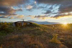 Image 2 of 12 from gallery of Garður Landhouse / Studio Granda. Photograph by Rui Ferreira Organic Architecture, Contemporary Architecture, Landscape Architecture, Architecture Organique, Tiny House, Underground Homes, Design Moderne, Green Building, Designer