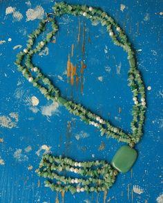 Es handelt sich hier um eine edle Kette aus grünem Edelstein (es könnte Aventurin sein) und echten Perlen. Vier Ketten mit...