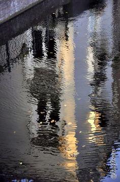 Lahey'de Ecsher Müzesinden çıkınca zihnimizi beyaz bir evin kanaldaki yansımasında dinlendirmek.