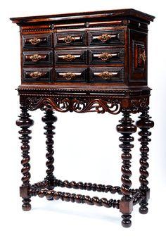 Neunschübiger Kabinettkasten in geradem Aufbau über Fußgestell mit spiralig in sich gedrehten Beinen mit kräftigen, gequetschten Kugeln. Die Beine umlaufend ...