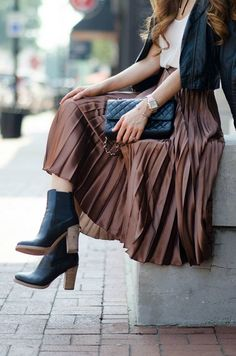 long pleated skirt - Long skirt outfits for fall - Pleated Skirt Outfit, Metallic Pleated Skirt, Long Skirt Outfits, Winter Skirt Outfit, Pleated Skirts, Long Skirts, Long Skirt Style, Jean Skirts, Skirts With Boots