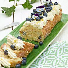Ljuvlig rulltårta med fräsch citronsmak som gifter sig fint med den söta vita chokladen och friska blåbär.