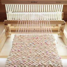 コンパクトな卓上織り機「アヴリル」。最大30cm幅まで織れるので、マフラーや小物づくりに適してます。