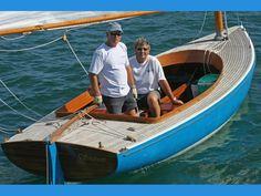 """""""Penny Lane"""" . Port d'attache :           Le Bono.    Materiau :  bois moulé (acajou).   Greement: catboat         houari .   Classe bateau: Catboat du Golfe.  Architecte:  Jean-Michel Viant.  Chantier:   Lobrichon"""