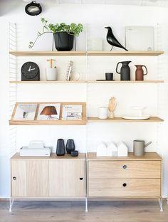 Afbeeldingsresultaat voor string system with tv Minimalist Home Interior, Minimalist Bedroom, Minimalist Style, Decoration Inspiration, Interior Inspiration, Home Decoration, String Regal, String Shelf, String System