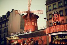 O Moulin Rouge é o show número um de Paris e talvez de toda a Europa! Se você estiver planejando visitar a Cidade das Luzes, não perca a oportunidade de ver as mundialmente famosas showgirls e dançarinas do cancan francês desfilarem todo o seu esplendor neste espetáculo! #paris #moulinrouge