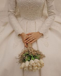 Image may contain: one or more people - Hochzeitskleid Hijabi Wedding, Wedding Hijab Styles, Muslimah Wedding Dress, Muslim Wedding Dresses, Wedding Poses, Wedding Photoshoot, Wedding Bride, Bridal Dresses, Dress Wedding