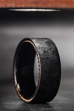 A zirconium band with a side inlay of rose gold braided down the edges. Unique Wedding Bands, Wedding Men, Diamond Wedding Bands, Wedding Bands For Him, Engagement Rings For Men, Diamond Engagement Rings, Black Rings, Diy Schmuck, Men Watches