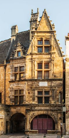 ♔ Sarlat ~ Aquitaine ~ France-ahhhh this village is like next door to Beynac! Beautiful Architecture, Beautiful Buildings, La Roque Gageac, Belle France, La Dordogne, Limousin, France Photos, French Countryside, Medieval Town