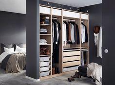 Ein helles mittelgroßes Schlafzimmer, u. a. eingerichtet mit hohem MALM Bettgestell mit 4 Schubladen in braun gebeiztem Eschenfurnier und LURÖY Federholzrahmen und einer Kommode