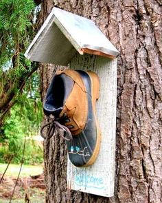 26 DIY Yard Art Crafts - Home Decor Garden Ideas - Repurposed Boot Bird House – Creative ways to add color and joy to a garden, porch, or yard with D - Bird House Plans, Bird House Kits, Bird Houses Painted, Bird Houses Diy, Yard Art Crafts, Home Crafts, Design Jardin, Bird Aviary, Old Fences