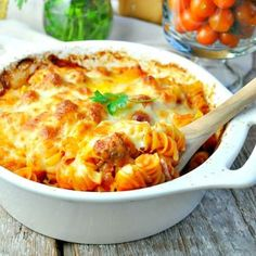 You don't even have to boil the pasta for this easy Dump and Bake Meatball Casserole! With only 5 simple ingredients, family-friendly weeknight dinners don't get much better than this! This dump-and-bake supper is absolutely one Meatball Casserole, Meatball Bake, Ravioli Casserole, Stuffing Casserole, Taco Casserole, Meatball Recipes, Chicken Casserole, Spinach Casserole, Jambalaya