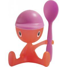 coquetier cico de la marque Alessi, design ludique et enfantin, petit bonhomme tenant à sa main une cuiller, sa casquette sert de salière, il fallait y penser