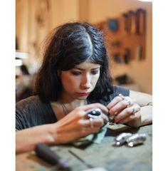 Dans latelier de Pamela Love bijoux créatrice New York Zadig http://www.vogue.fr/joaillerie/dans-l-atelier-de/diaporama/dans-l-atelier-de-pamela-love-bijoux-creatrice-new-york-zadig-voltaire/11907/image/707255#!dans-l-039-atelier-de-pamela-love-bijoux-creatrice-new-york-zadig-amp-voltaire