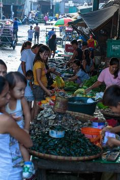 The early morning buying in full swing at Malabong City Market, Manila, Philippines Philippines Cities, Manila Philippines, Cebu, Fort Santiago, Vietnam, Philippine Holidays, Expo Milano 2015, Filipino Culture, Viajes