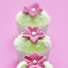 You can also use the pearls for decorating your cupcakes. Take pearl cupcakes decoration idea from here and design your beautiful cupcake with all love. Fondant Cupcakes, Cupcakes Roses, Pearl Cupcakes, Orange Cupcakes, Cool Wedding Cakes, Wedding Cake Toppers, Cupcake Creme, Cupcakes Bonitos, Deco Cupcake