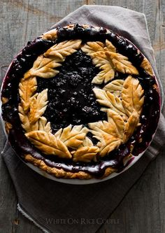 Tutorial on How to make gorgeous harvest pies with leaf pie crust designs | @whiteonrice