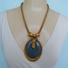 Maxi colar feito com resinas estrass, e parte de metal dourado. R$ 14,00