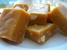 Karameller 1 dåse kondenseret mælk, ca. 395 g 120 g smør 2 spsk honning 150 g rørsukker