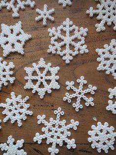 Holiday Break Kids Crafts - Kleinworth & Co Christmas Perler Beads, Diy Perler Beads, Kindergarten Christmas Crafts, Easy Christmas Crafts, Natal Diy, Snow Flakes Diy, Pearler Bead Patterns, Iron Beads, Holiday Break