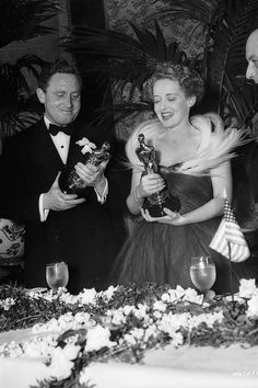 Bette Davis 1939 | Best Actress Winners in Their Gowns - Oscars Fashion Through the Years - ELLE