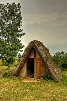 Reconstruction of a Viking hut. (Dug out hut, Trelleborg, Denmark) Viking House, Viking Life, Medieval, Viking Culture, Norse Vikings, Natural Building, Cabins And Cottages, Larp, Architecture