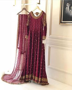 We are simply in love with this burgundy long dress with a embroided duppata. Pakistani Fashion Party Wear, Pakistani Wedding Outfits, Pakistani Bridal Dresses, Pakistani Dress Design, Bridal Outfits, Pakistani Clothing, Frock Fashion, Latest Fashion Dresses, Red Lehenga