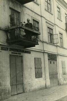 """<b>Tytuł:</b> Ulica Kalinowszczyzna 58 w Lublinie; <br /><b>Autor: </b>nieznany; <br /><b>Opis: </b>Ulica Kalinowszczyzna 58 w Lublinie; na balkonie stoi Edward Rząd.<br /><b>Prawa: </b>Copyright © Ośrodek """"Brama Grodzka - Teatr NN""""; Copyright © Jolanta Kędzior; <br /><a href=""""http://biblioteka.teatrnn.pl/dlibra/dlibra/docmetadata?id=29455"""">Pełna fiszka publikacji</a><br />"""