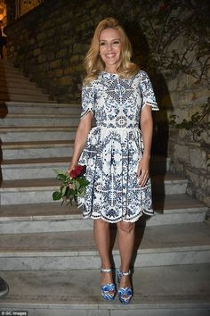 Kylie Minogue, was gifted with red roses by a fan on Sunday night in Portofino, Italy. Lovely Dresses, Beautiful Outfits, Kylie Minogue Hair, Kylie Minouge, White Embroidered Dress, Blue And White Dress, Spring Summer Trends, Celebrity Style, Short Sleeve Dresses