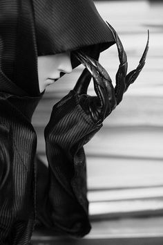 ~The hand that feeds her dark thoughts........