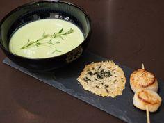 Skön, grön ärtsoppa med parmesanchips och pilgrimsmussla | Recept från Köket.se