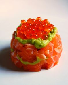 25 of the Most Expensive Food Dishes Salmon and Caviar ; sushi-grade salmon, avocado, wasabi, yuzu juice and salmon caviar Read more: cookalmostanythin. Seafood Recipes, Appetizer Recipes, Cooking Recipes, Appetizers, Tapas, Salmon Y Aguacate, My Favorite Food, Favorite Recipes, Onigirazu