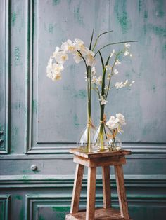 real or fake Table Centerpieces, White Christmas, Furniture Decor, Glass Vase, Living Spaces, Interior Design, House Styles, Flowers, Decor Ideas