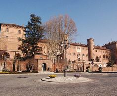 O Castelo de Moncalieri é um palácio italiano, construído em meados do ano 1000 e reformado no século 18. Localizado em Piedmont, é uma das residências da Casa de Sabóia. Desde 1921, o castelo é sede do 1º Batalhão do Exército dos Carabinieri. Parte do prédio é aberta à visitação.