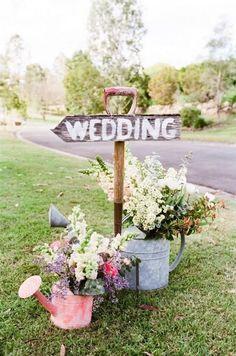 O que mais pode ser usado na decoração do casamento para identificar o local da recepção e ao mesmo tempo servir de boas-vindas? Bicicletas, máquinas de costura, regadores... Há tantas opções!