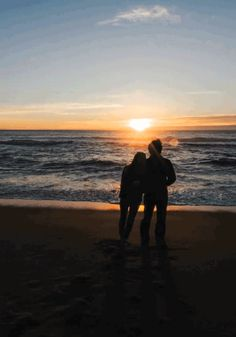 How to Take Good Beach Photos Romantic Scenes, Romantic Moments, Romantic Couples, Videos Instagram, Photo Instagram, Instagram Story, Sunset Photography, Couple Photography, Calin Gif