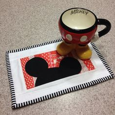 Mickey Mug rug Patchwork Quilting, Scraps Quilt, Small Quilts, Mini Quilts, Mug Rug Patterns, Quilt Patterns, Canvas Patterns, Quilting Projects, Sewing Projects