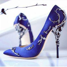 Zapatos de novia color azul con hojas en color plateado
