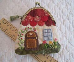 Patchwork by Elektra Z: Monedero- casita/ Little house-shaped coin-purse Más Japanese Patchwork, Japanese Quilts, Patchwork Bags, Quilted Bag, Fabric Crafts, Sewing Crafts, Sewing Projects, Wool Applique, Applique Quilts