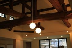 丸太梁に合わせ、メインの照明はシンプルな照明で印象的に。