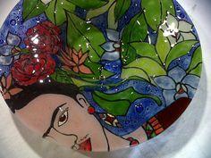 Centro de Mesa Frida…. – Aracely Tabarez Enamel Paint, Fused Glass, Iris, Glass Art, Snow White, Deco, Disney Princess, Disney Characters, Creative