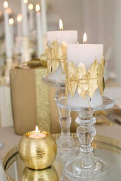 Dress up plain white candles with leaves taken from the garden and sprayed with gold spray paint. Use natural twine to wrap spray painted leaves around your candles. Christmas Tablescapes, Christmas Candles, Gold Christmas, Christmas Colors, Christmas Time, Christmas Crafts, Christmas Decorations, Table Decorations, Christmas Ideas