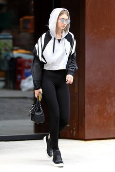 Observation: There's a certain look that It girls Kendall Jenner and Gigi and Bella Hadid aren't fans of. Gigi Hadid Looks, Bella Hadid Style, Cropped Hoodie Outfit, Hoodie Outfit Casual, Sporty Outfits, Fashion Outfits, Estilo Gigi Hadid, Bella Hadid Outfits, Look Street Style