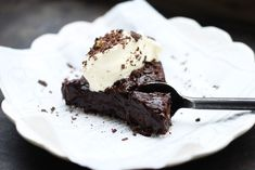 Useful & crazy good draft cake which is also gluten free! Useful and gluten-free draft cake Healthy Sweets, Healthy Baking, Healthy Snacks, Raw Food Recipes, Dessert Recipes, Lchf, Health Desserts, Raw Food Desserts, Gluten Free Baking