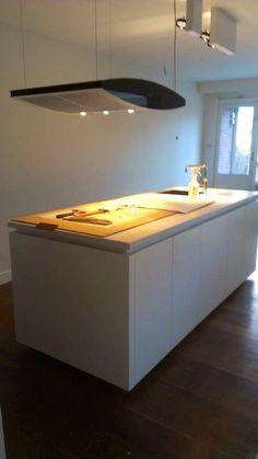 Comprex Forma mat gelakt met houtkleurige kolomkasten ingebouwd in de muur, Silestone werkblad | Art Design Keukens | Wonen | Rotterdam