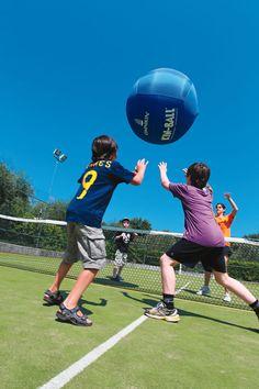 Wie slaagt er het beste in om de enorme bal in de lucht te houden tijdens een potje Kinnball?  http://www.canvasholidays.nl/campingvakanties/vakantie-met-kinderen/familyextra