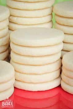GALLETAS DE AZÚCAR 3 tazas de harina 1 cucharadita de polvo para hornear 1 taza de mantequilla sin sal 1 taza de azúcar 1 huevo grande 1 extracto de vainilla TSP http://makebakecelebrate.com/lets-talk-about-rolled-sugar-cookies/